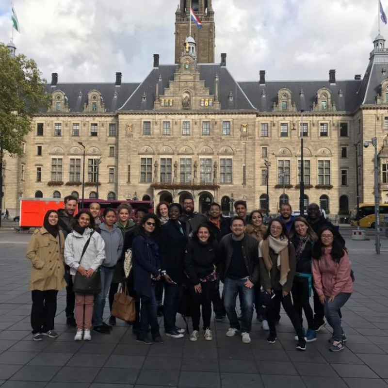 studentenuitje in rotterdam bij stadhuis aan coolsingel