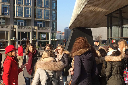 stadswandeling met studenten langs centraal station Rotterdam