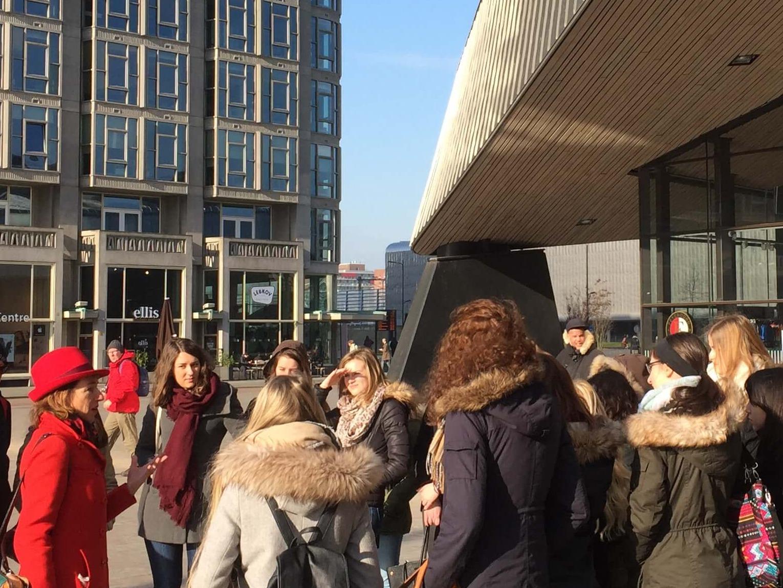 stadsgids met studenten voor centraal station rotterdam