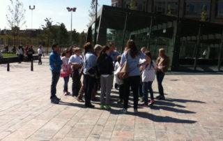 Stadswandeling met studenten bij het centraal station roterdam